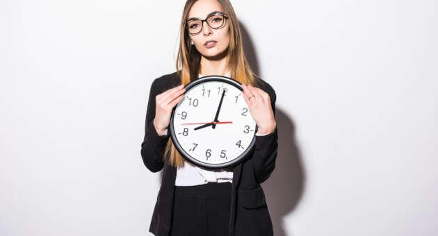 mulher segurando relógio